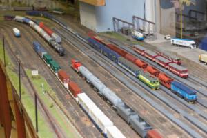 Osobní vlaky na lokálku už čekají jako přípoje pro dlouhý rychlík, který právě přijíždí.